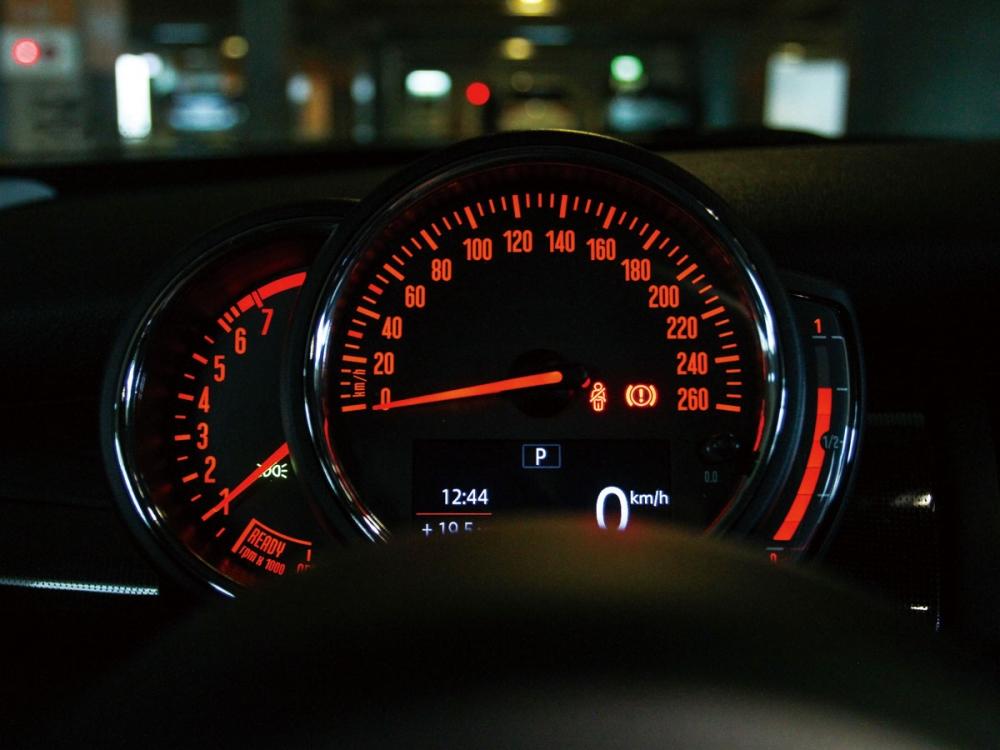 轉速、時速表整合於駕駛者的前方,時速表下方提供一組單色資訊幕,顯示里程、油耗等資訊。