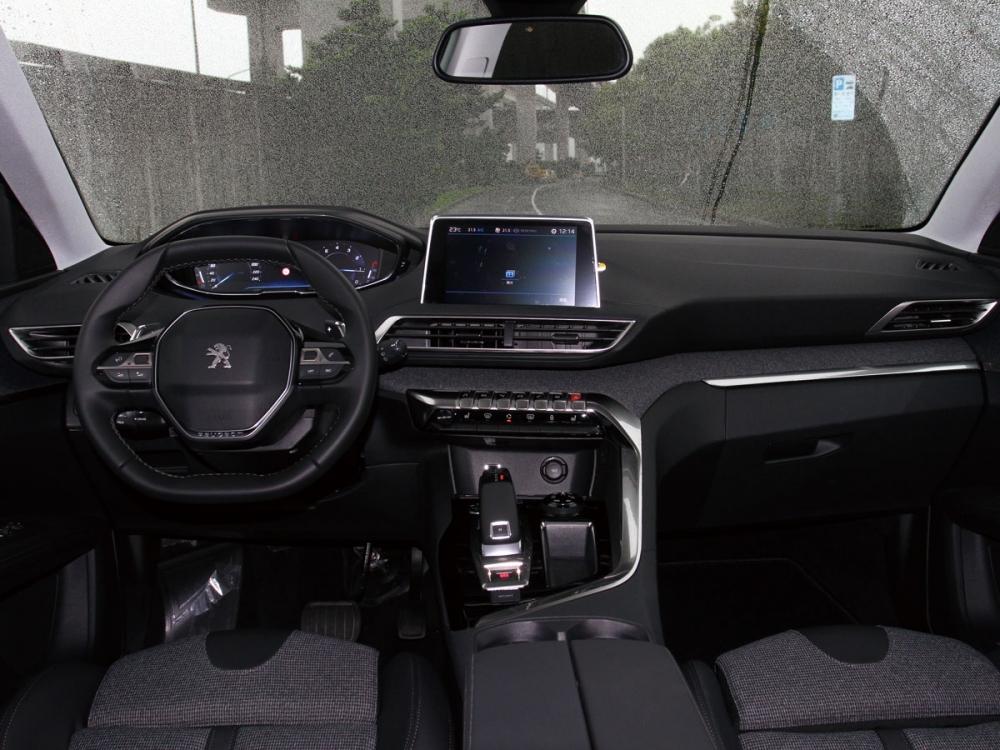 車室以駕駛為導向,並融合了皮質與布質打造,如同法式精品的浪漫感受。