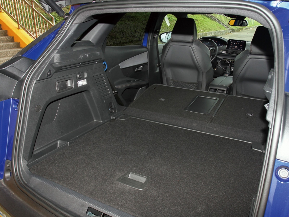 後座椅背One-Touch自動前傾收折功能,為行李廂空間增加擴充性。