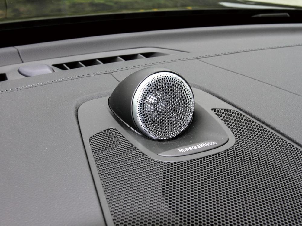 此試駕車型還選配了價值13萬元的B&W頂級音響與HUD抬頭顯示器。