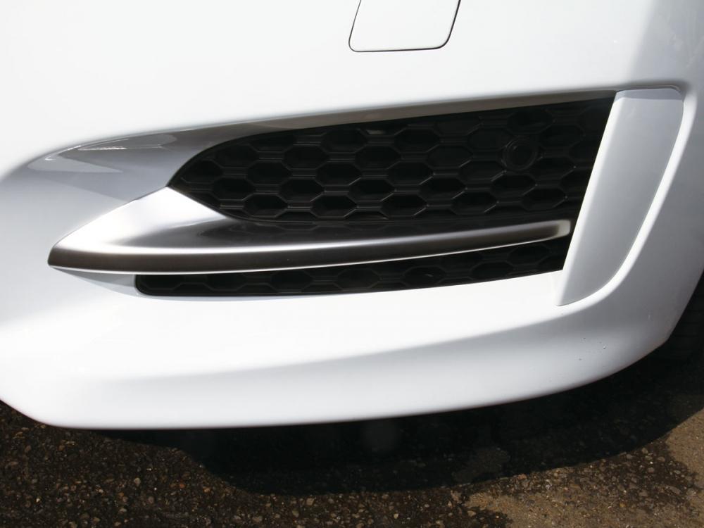 下方左右氣壩開口車頭整體更具立體感,並勾勒超跑般的鋪張造型。