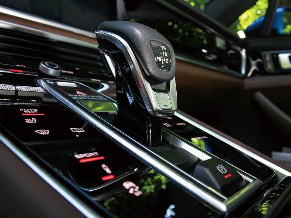 PDK線控排檔旁的黑色面板,可以直覺化控制空調系統及車輛各項功能。