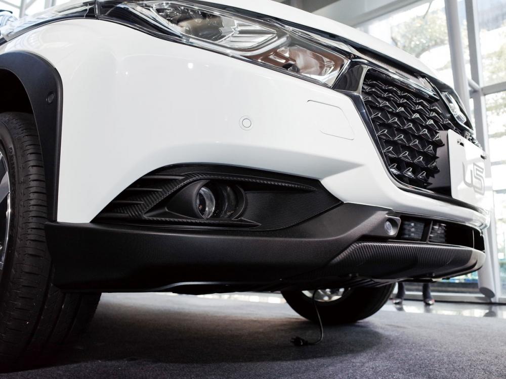 保險桿下緣搭載類碳纖維飾板,頗具跑格態勢。