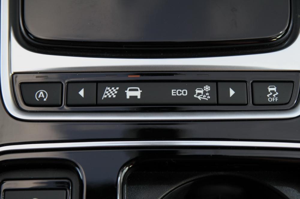駕駛模式切換鍵位在排檔座後方,只不過左右按鍵偏小不利操作