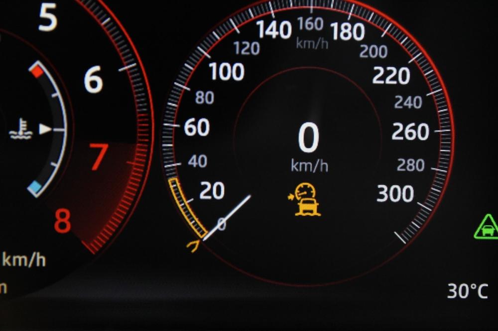 ASPC啟動後,立即就會出現越野定速的設定畫面,設定好放掉煞車車子就會幫你搞定所有路況,其中也包括了陡坡自動緩降功能。