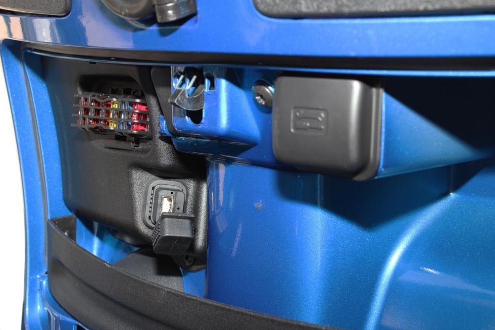 前置物箱內增加USB插座,提供車主隨身電子用具充電功能。