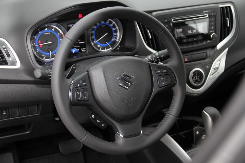 三輻式方向盤左右均有快捷按鍵,功能包含音量調整、定速巡航、藍芽等