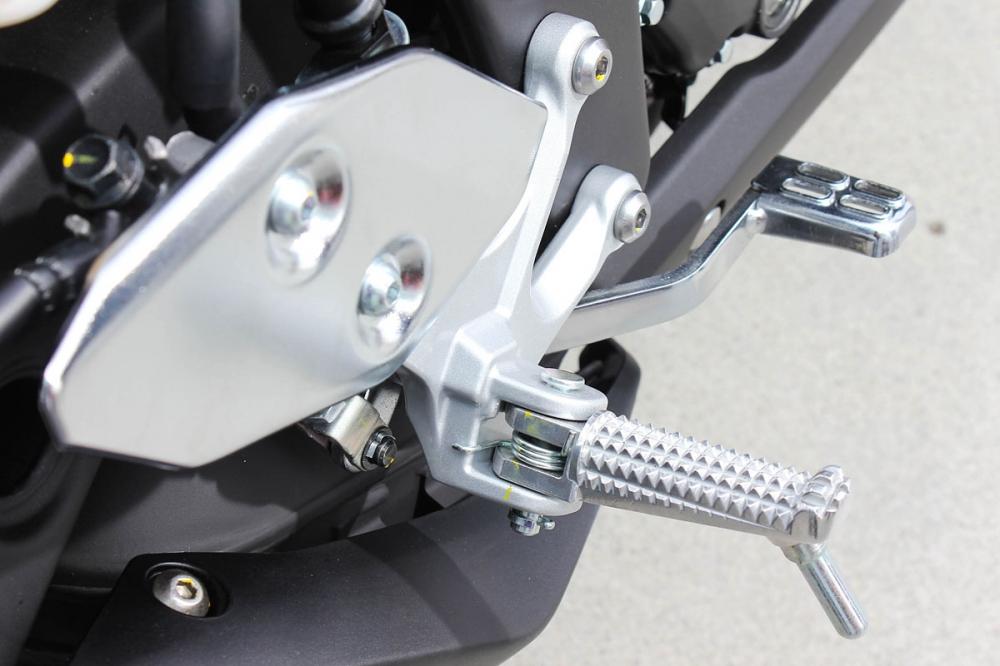 腳踏組採取電鍍設計,下方同樣具有傾角螺帽設計,可供騎士作車輛的傾倒極限判斷。