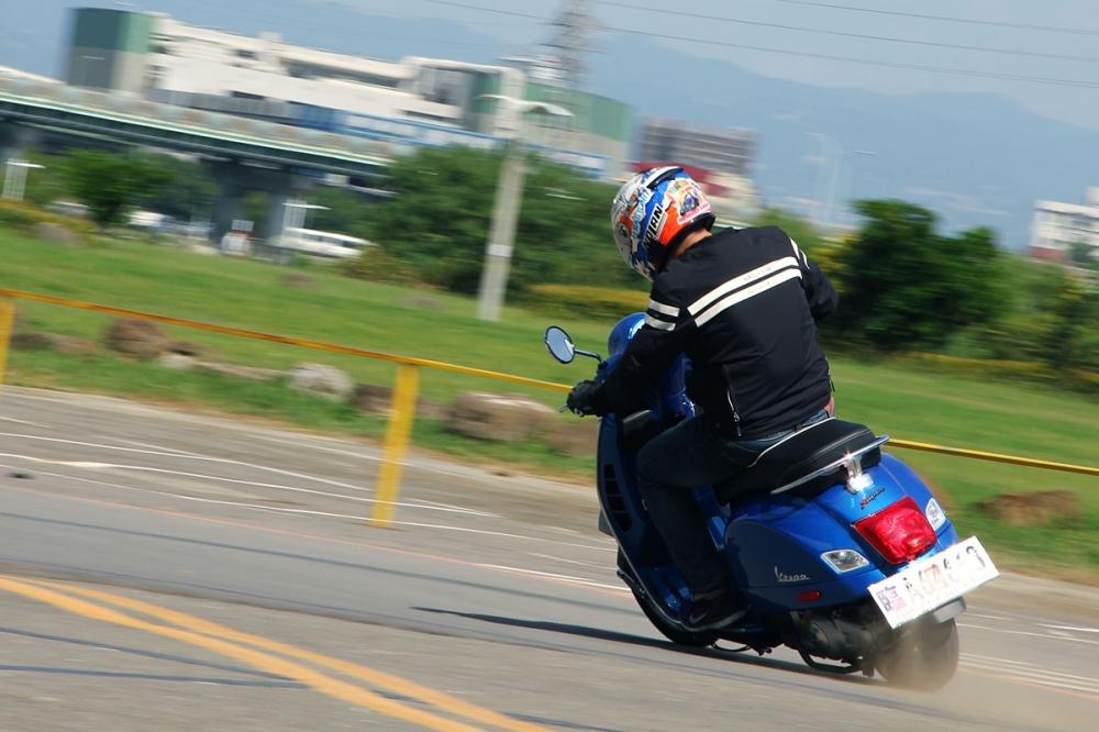 重心與懸吊系統搭配得宜下,騎著GTS 300ie Super殺灣絕非不可能,騎乘樂趣更有可能超越你原本的傳統印象。
