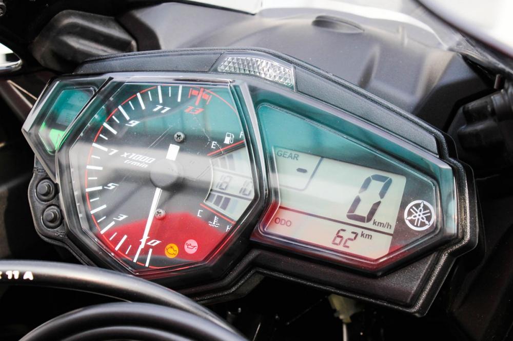 儀表配置數位多功能液晶規格,紅線區從12500rpm開始,並配置超轉燈。
