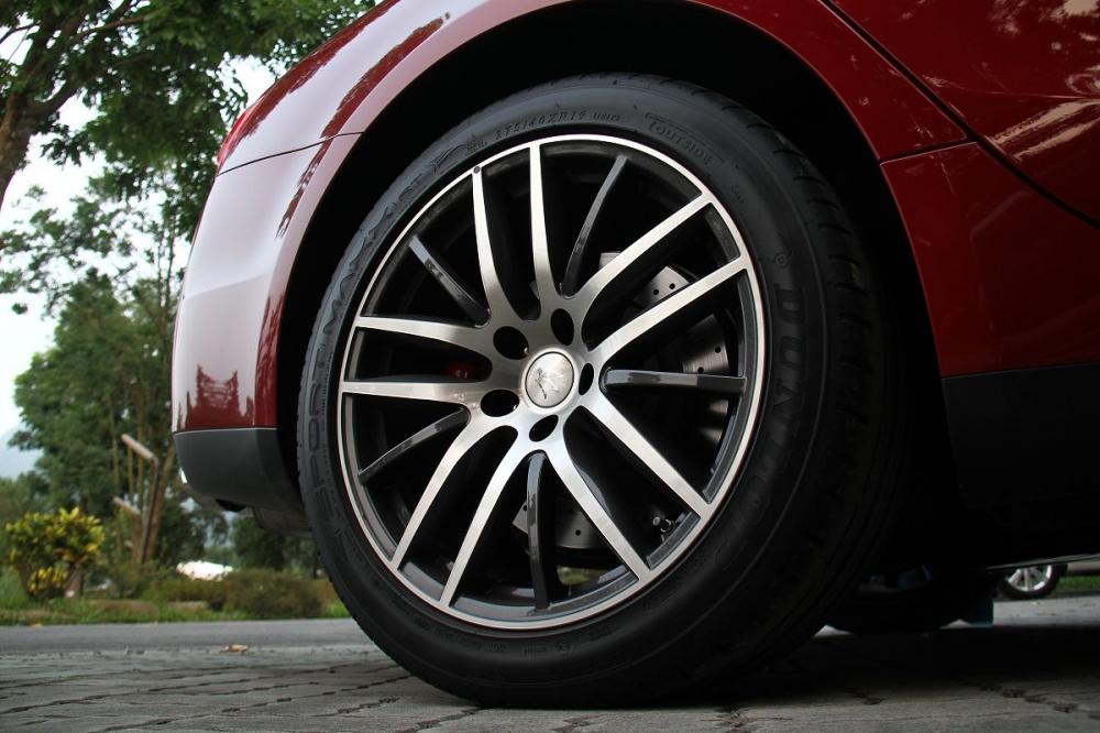 輪框為19吋Proteo鋁圈,輪胎配置為前 245/45 R19後275/40 R19。