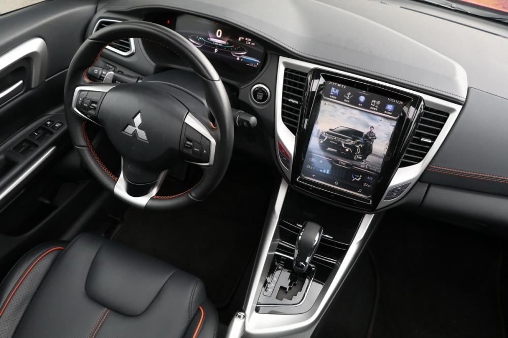 加入這具10.4吋大型觸控螢幕後,使得Grand Lancer整體內裝質感大幅躍進