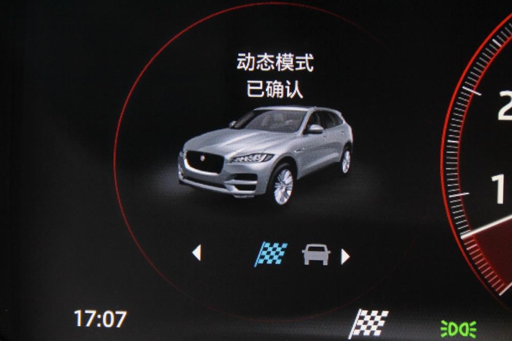 當按鍵切換時,數位儀表板也會同步顯示所選定的駕駛模式,同時儀表環也會相對應的變色