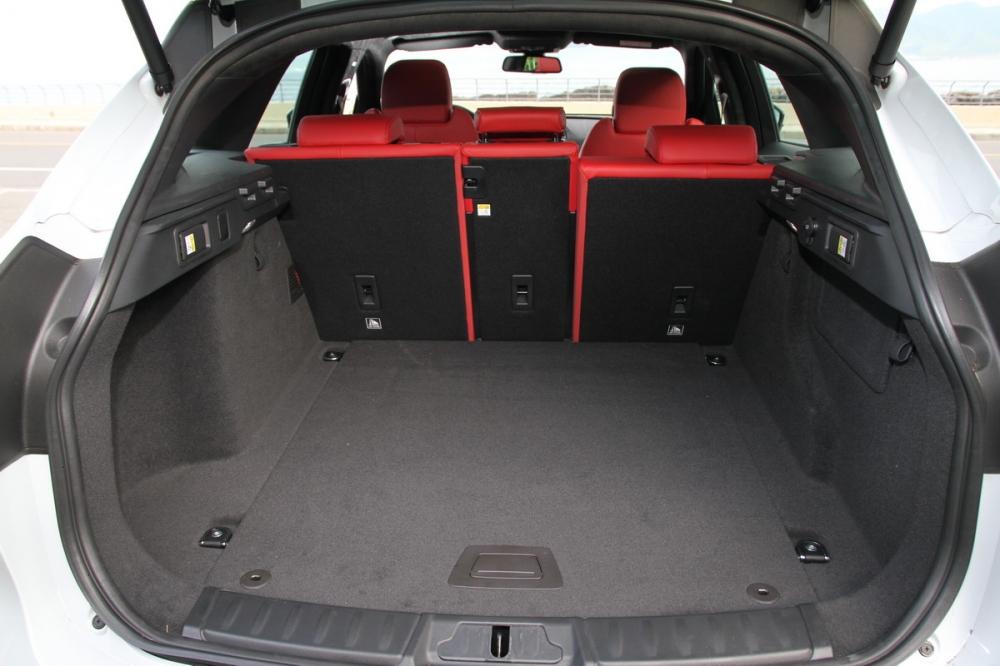 透過F-Pace尾廂標準即有508L的置物容積,更可透過4:2:4後排座椅傾倒功能靈活運用
