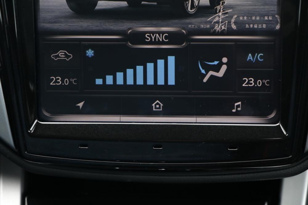 調整空調溫度/風量的按鍵功能也被整合進觸控螢幕中,不過待機畫面就相當貼心的顯示當下雙區恆溫空調各自溫度與風量,用手輕觸就能調整