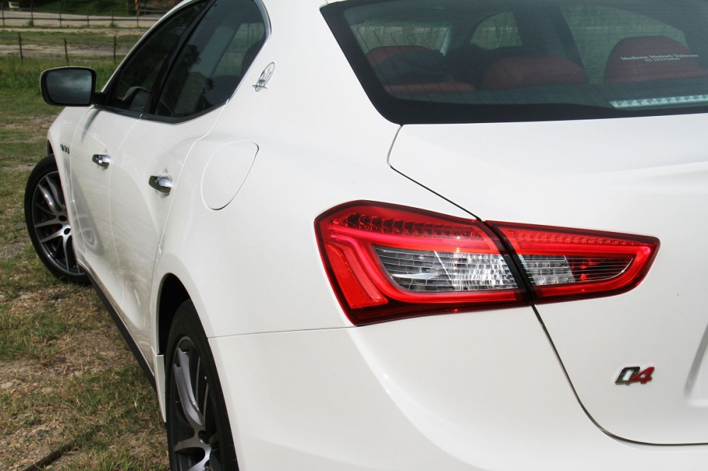 車側雖然沒有大幅的寬車體肌肉線條,但是用淺淺的線條照樣勾勒出義式風味。