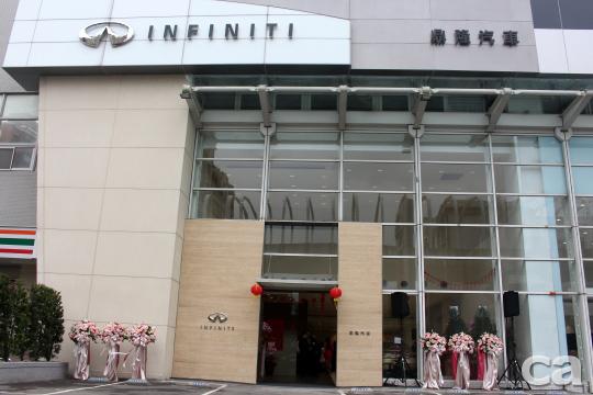 挑高的門面相當有氣勢,在加上講究的建材與設計,呼應Infiniti品牌形象。