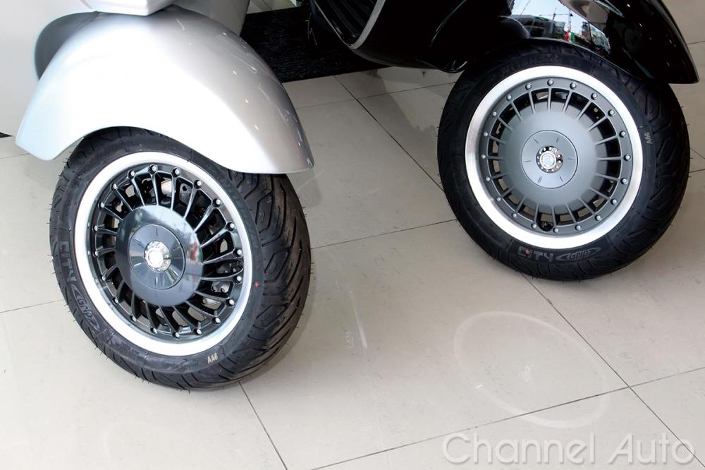全新的鋁圈造型左,是分辨新舊車型的最大特徵之一。