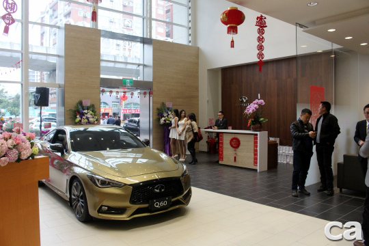 展間大廳採挑高設計,創造毫無壓迫感的賞車空間,搭配品牌旗艦跑車Q60可謂相得益彰。