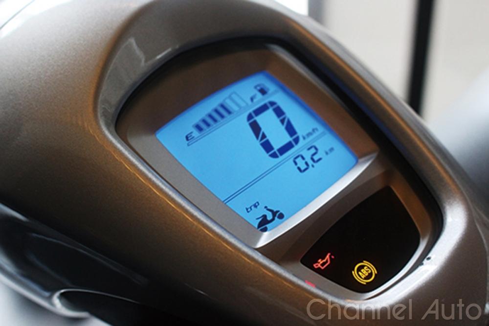 資訊清晰的液晶螢幕顯示儀表,外框仍保持傳統的Vespa儀表輪廓。