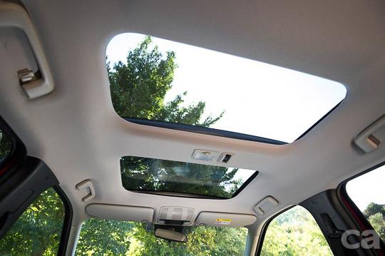 特殊的前後雙天窗設計,除了讓ECLIPSE CROSS外型更時尚之外,更替車內所有乘客提供自由享受溫暖陽光的功能。