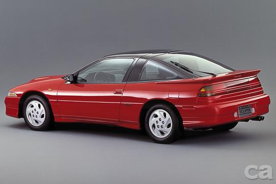 流線新潮的跑車外觀一改1980年代的方正風格,再搭配上掀式頭燈,在當時不知羨煞了多少年輕人。