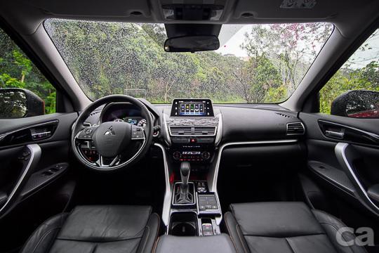 平整化的中控台設計,提供駕駛最寬廣無死角的前方視野。