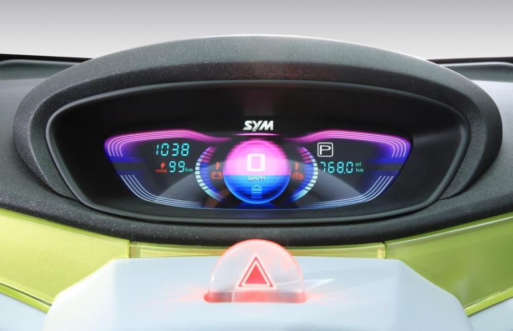 ex4U-全液晶儀表,於電源啟動後才會顯示,明確顯示電量、時速、檔位等相關行車資訊,同時造型也很簡潔,富現代感!