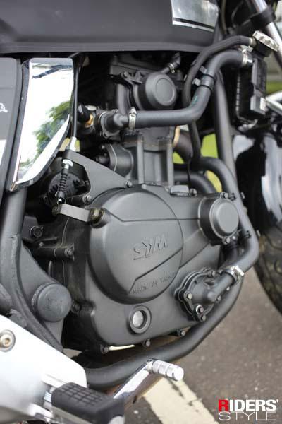 單缸水冷SOHC 4V 278cc引擎,最高馬力可達27匹。