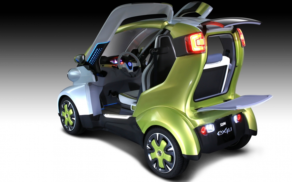 ex4U為上下開闔式後門,上方為液晶顯示,可依個人化建入不同資訊,下方可乘板,增加物品擺放的便利性。側面向上開啟的雙鷗翼門擋設計,無論是視覺感受或實際乘坐,都比一般的兩輪摩托車更具時尚感與安全感。