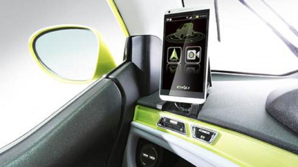 ex4U智慧型手機台座,可將自己的手機直接插上,透過app連接監視器畫面,也可切換至GPS導航,甚至增加更多個人化功能。