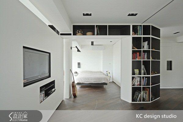 主臥隔間打開,與書房相通。