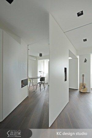 主臥與書房的隔間,也可以隨意轉動,一側是書房,另一側是主臥,或者可以讓兩個空間合而為一。
