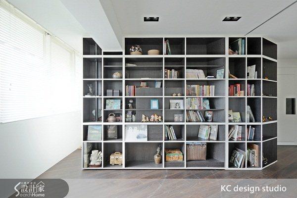 闔上隔間,書房為獨立空間。