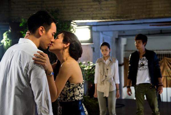 一日強吻兩男 陳怡蓉嘴唇很忙
