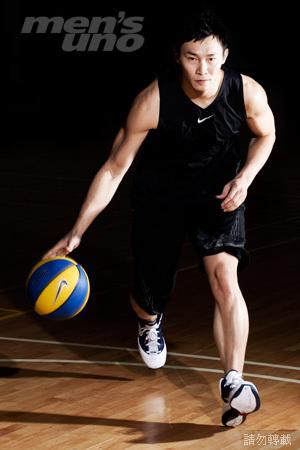 而对於篮球来说运球则是基本功,懂得掌握住球的运行,你需要多加练习