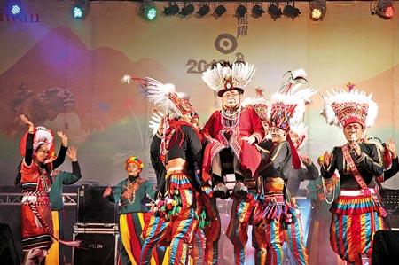 歌舞同歡  ▲日管處「龍耀日月潭」跨年晚會活動,原民演出精彩,數千遊客如癡如醉。(沈揮勝攝)