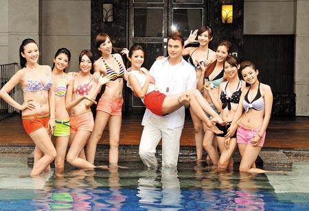 ▲黃志瑋(中)敬業,穿著長褲下水抱起吳怡霈,與伊林娛樂新生代模特兒一起為節目造勢。(李開明攝)