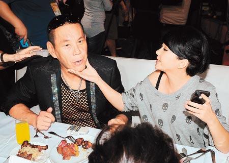 ▲龍劭華(左)三立金鐘慶功宴開炮,在《愛。回來》演他女兒的六月,捏他的嘴角要他保持笑容。(李威德攝)