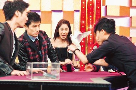 ▲魔術師陳日昇(右起)杯中變鴿子戲法,令古力娜扎、胡歌及蔣勁夫嚇一跳。(粘耿豪攝)