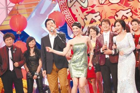 ▲2010年蕭大陸(左)在民視特別節目演唱,侯怡君熱情伴舞,此情可待成追憶。(資料照片)
