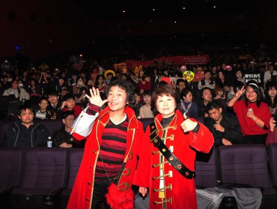 田中真弓(前右)與山口勝平(前左)參加兩場聲優見面會,與全場觀眾合影。(圖/采昌國際多媒體)