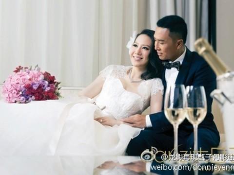 〔娛樂中心/綜合報導〕武打巨星甄子丹與太太汪詩詩為慶祝結婚10周年再拍婚紗,更透露兩人維繫婚姻的訣竅就在於「包容與體諒」,看起來幸福又恩愛。