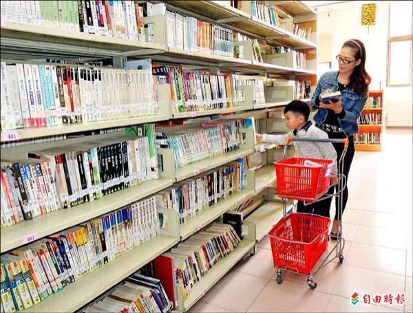 借书推车篮 台中北区图书馆像逛超市
