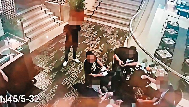 竹聯幫寶和會藉由暴力擴大酒店等特種行業地盤,圖為幫眾滋事畫面。(翻攝畫面)
