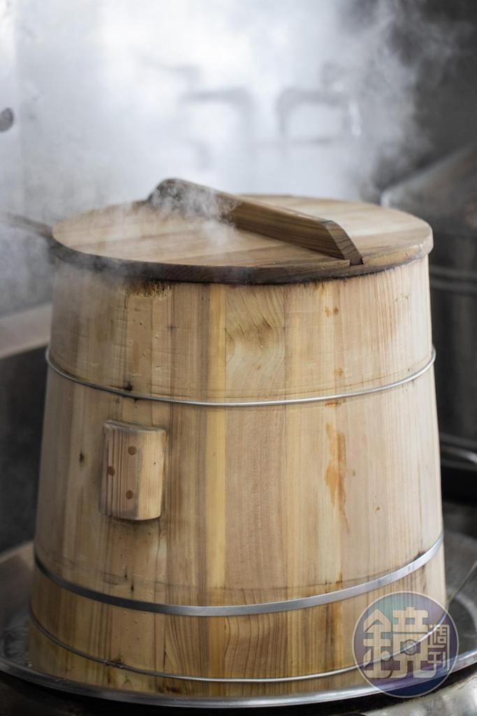 用木製炊斗蒸煮糯米,可以充分蒸散水氣,確保米飯鬆香。