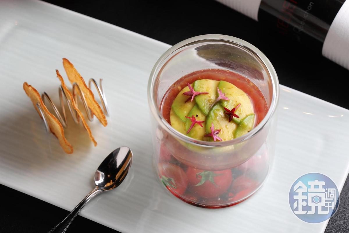 「酪梨薄片佐茄泥及番茄凍」是純素的餐點,搭配法國麵包薄片清爽夠味。(780元/份)