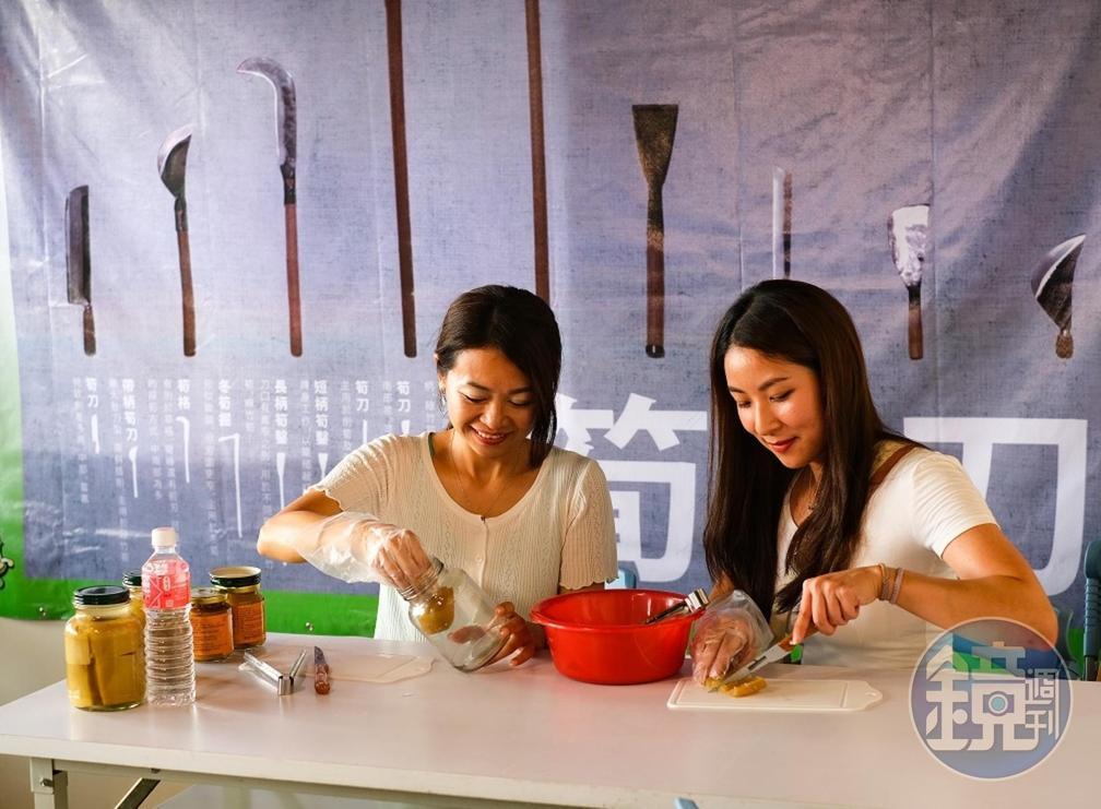 遊客體驗「醬筍DIY」,小心翼翼將筍管半成品放入瓶中。