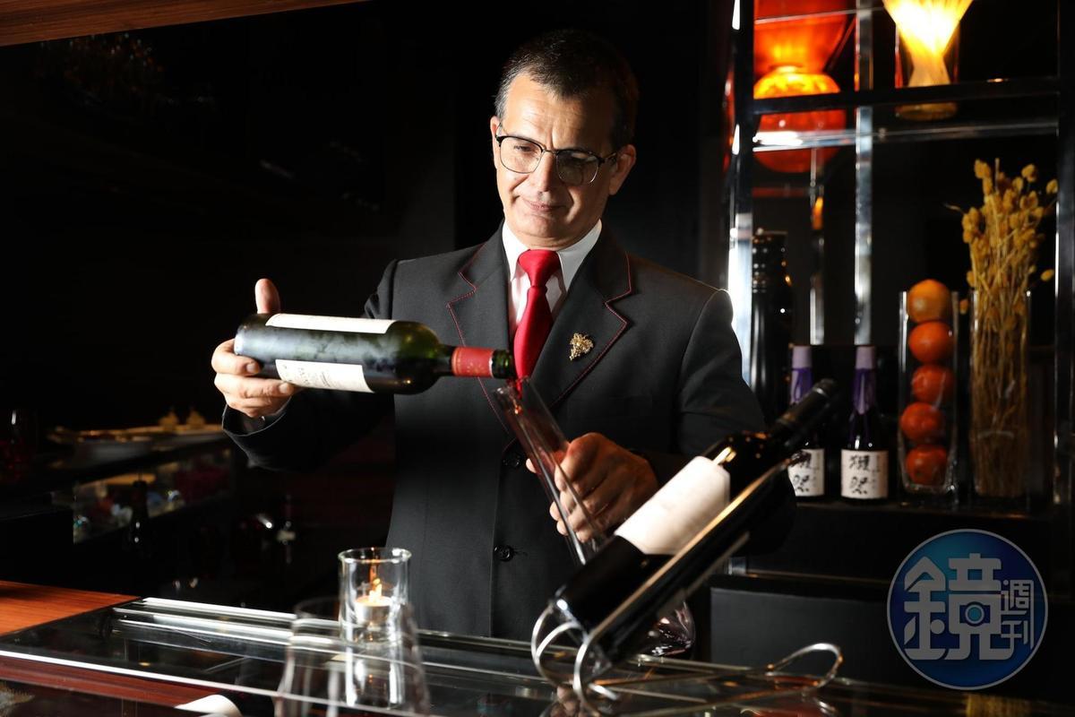 法籍侍酒師Benoît Monier(左)非常專業,已坐鎮台北侯布雄法式餐廳長達10年。