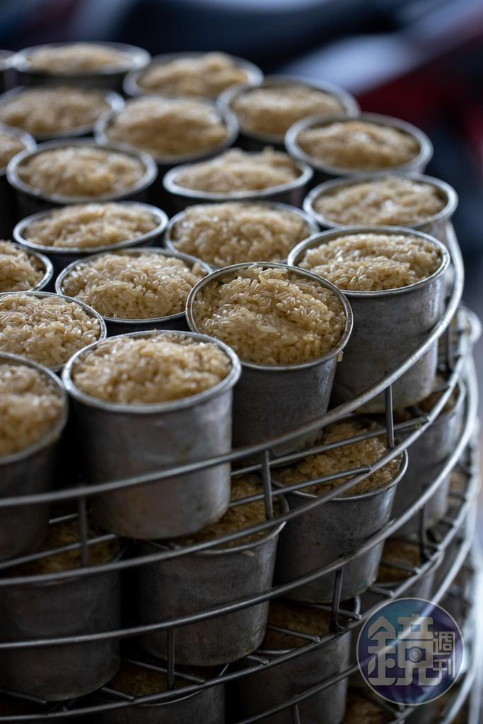 排隊等待炊蒸的一筒筒米糕,長糯米粒粒分明。